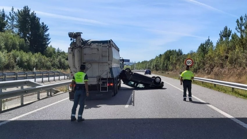 Un accidente registrado en la A-8 a su paso por Baamonde. AEP