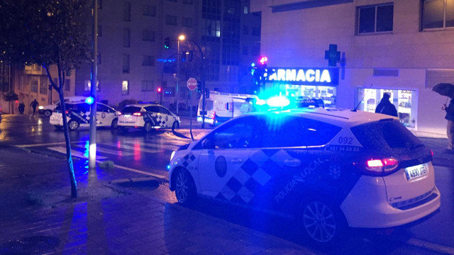 Dispositivo policial y ambulancia en la Avenida de Ferrol tras el accidente. J.M.