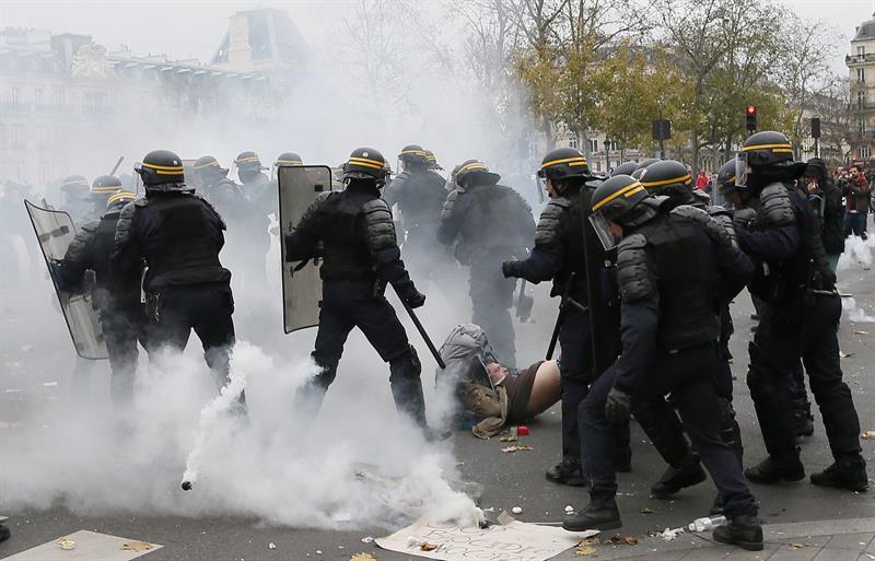 España vendió material antidisturbios para reprimir protestas en Chile y Perú, acusados de violaciones a los derechos humanos