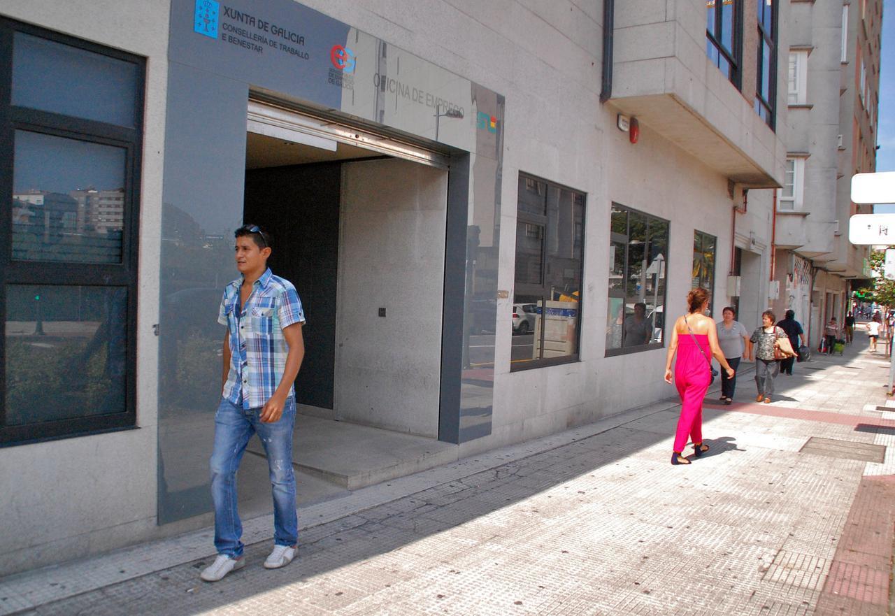 el paro baja en casi personas en galicia en mayo