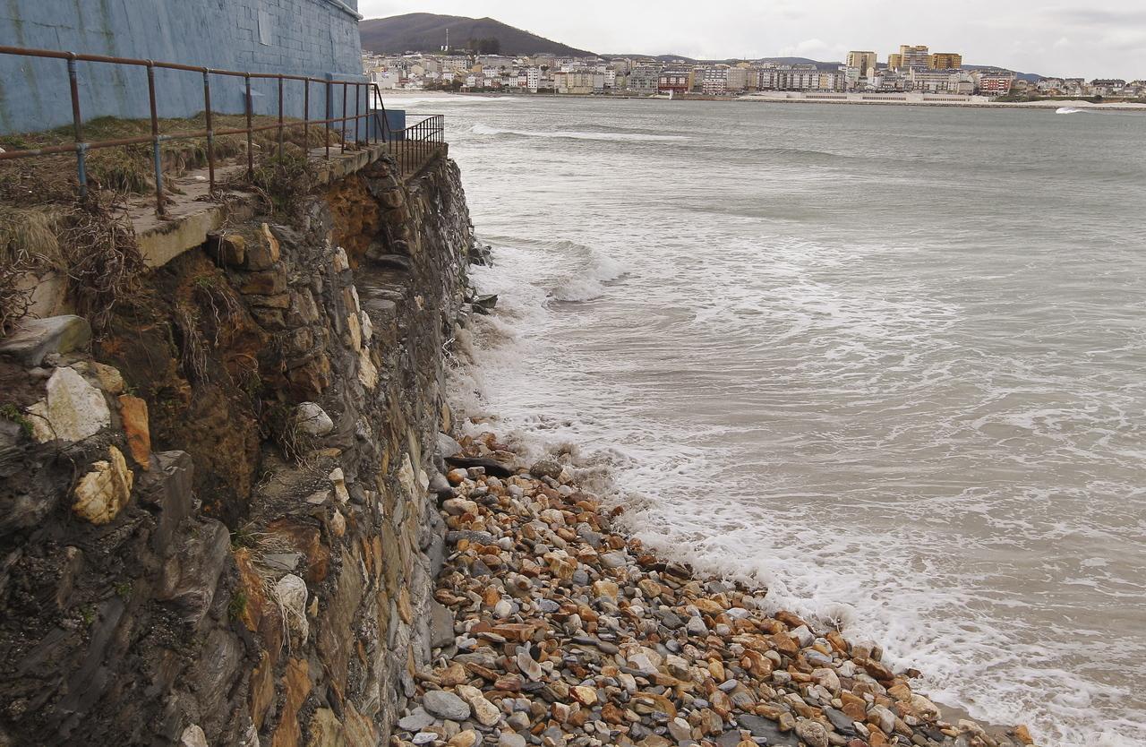 Erosión del talud de costa, en Altar