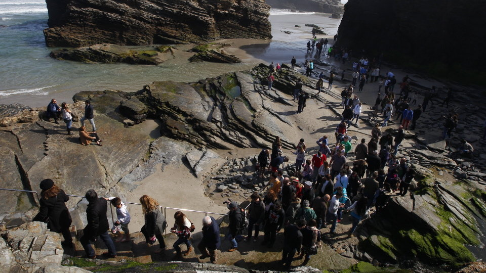 Gente esperando para salir de la playa de As Catedrais. J.Mª. ALVEZ