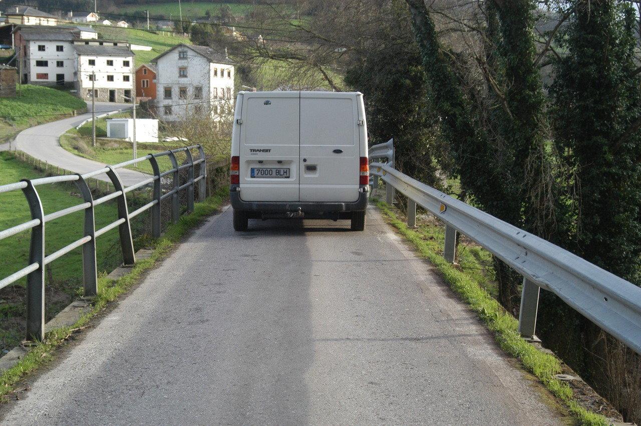 Una furgoneta atraviesa el puente de Abres. VILLAPOL