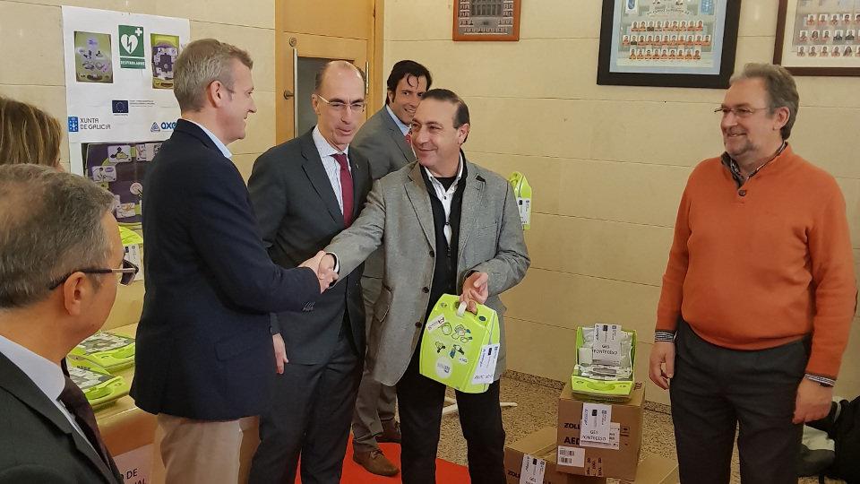 Almuiña y Rueda entregan los desfibriladores al regidor de Xove. AMA