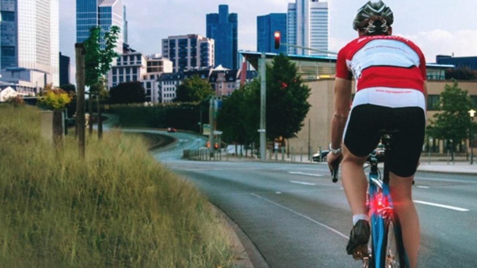 acca7d0c3 Un ciclista circula con la luz intermitente trasera que hace apenas unas  semanas fue motivo de