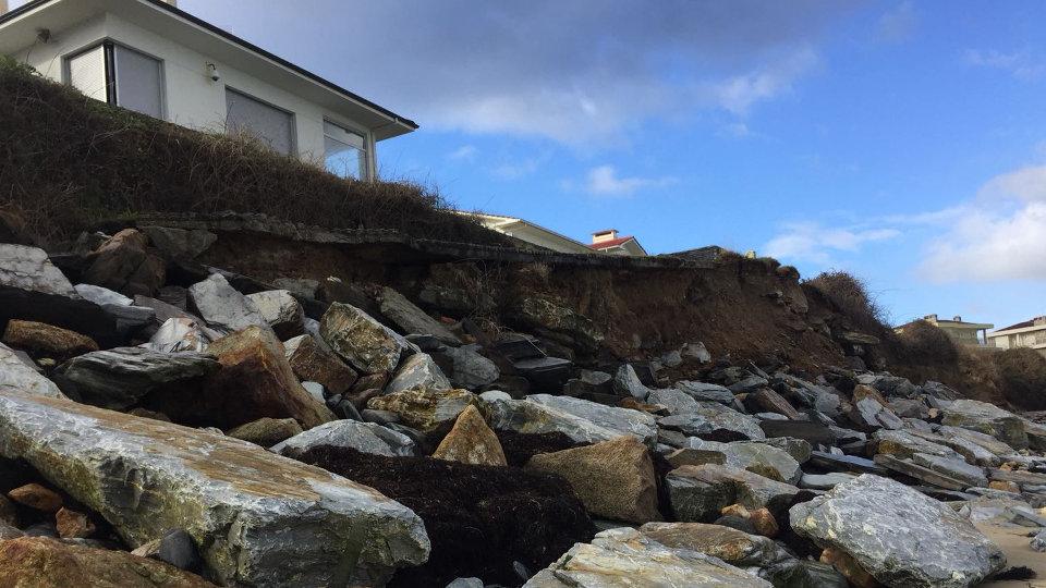 El mar sigue llevándose el muro que soporta el terreno juto a casas barreireses.JOSÉ Mª ÁLVEZ