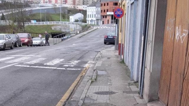 La calle Serra de Meira, con la calzada y las aceras degradadas. AEP