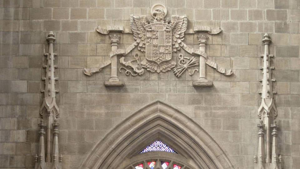 Escudo franquista en la fachada de una iglesia. AEP