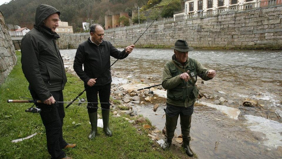 Pescadores preparan sus cañas en el Eo, con Francisco Rois en el centro. AMA