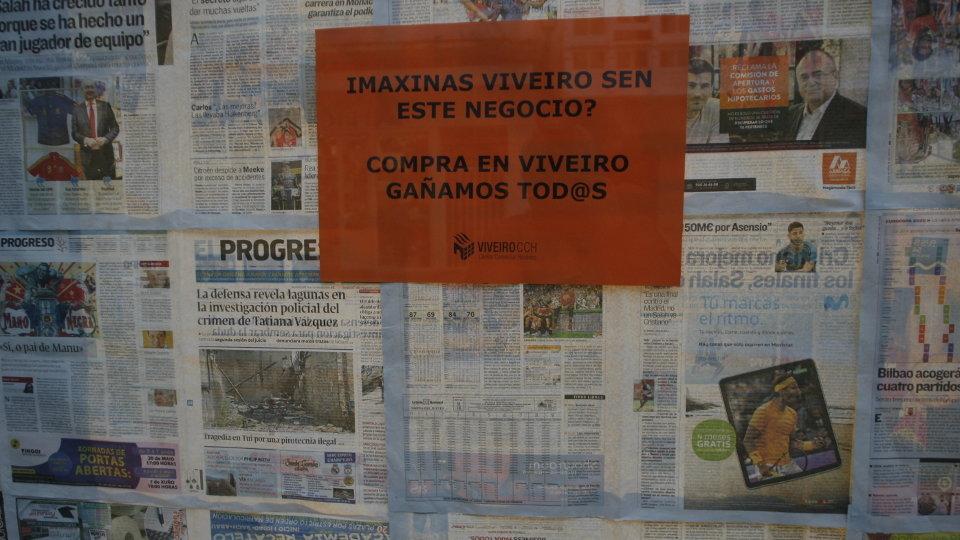 Carteles y escaparates ocultos por la campaña del comercio local de Viveiro. DL