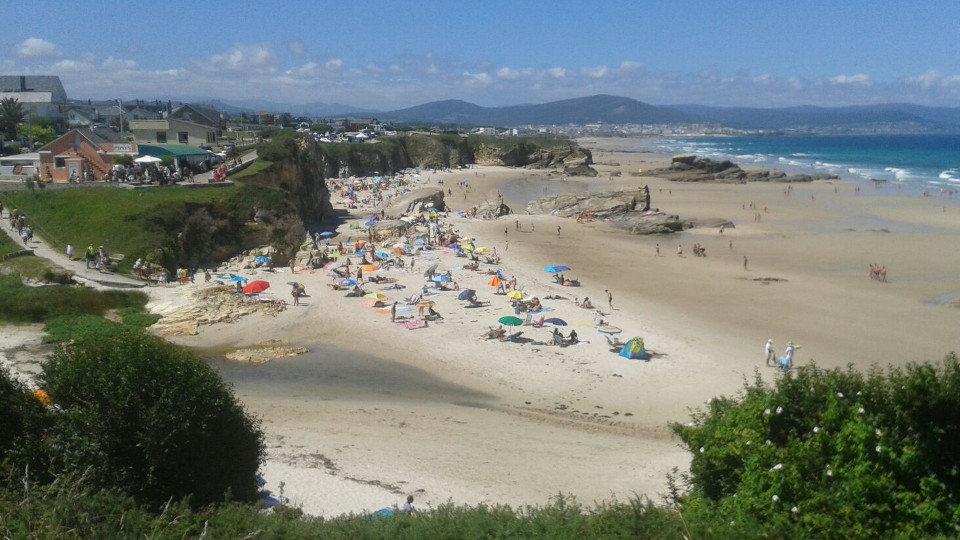 Aspecto que presentaba este miércoles la playa barreirense de Lóngara. AMA
