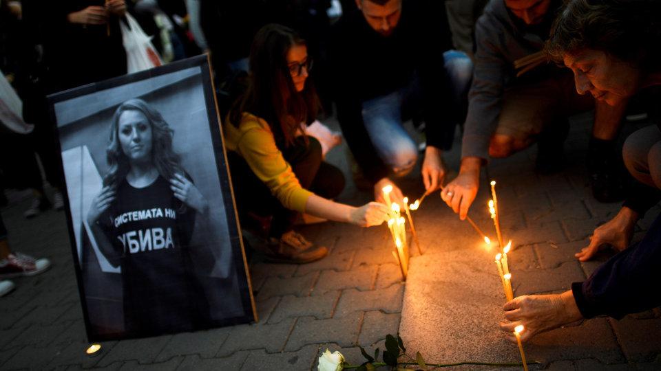 Varias personas participan en una protesta por el crimen que acabó con la vida de Viktoria Marinova. VASSIL DONEV (Efe)