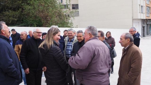 Lara Méndez junto a los vecinos de la Avenida da Coruña, este jueves. CONCELLO DE LUGO