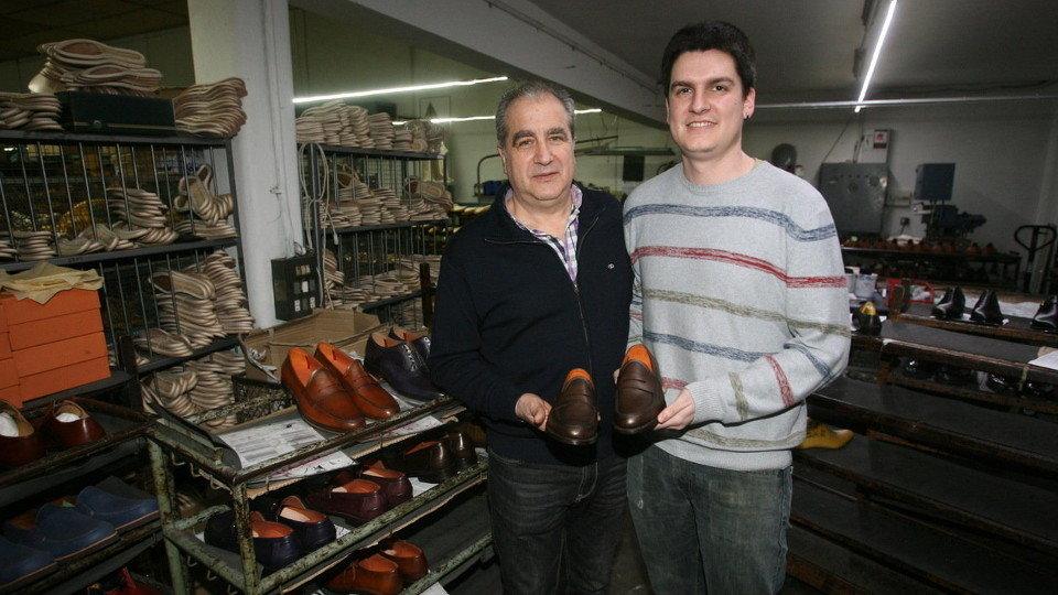 Gonzalo López y su hijo muestran unos zapatos de su fábrica. TOÑO PARGA