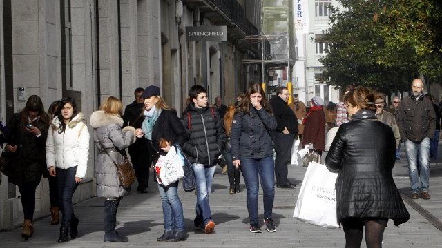 Personas paseando por la Rúa da Raíña. XESÚS PONTE