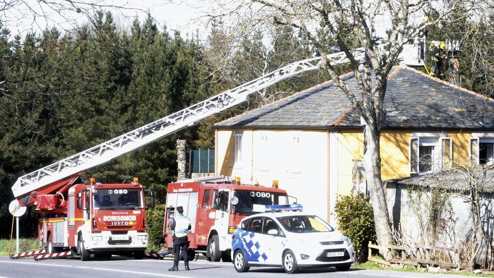 Los bomberos extinguen un incendio en la chimenea de una casa en san xo n do campo - Chimeneas lugo ...