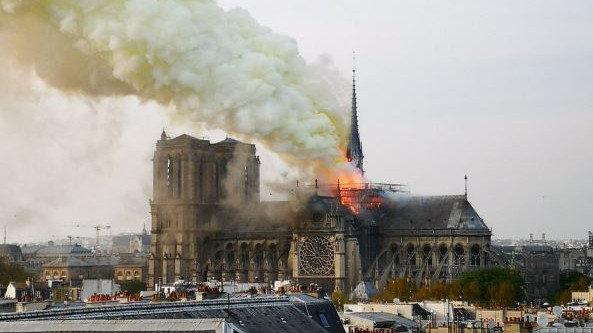 Incencio de Notre Dame bilaketarekin bat datozen irudiak