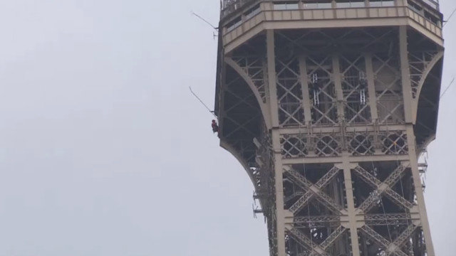 Escalador en la Torre Eiffel. YOUTUBE