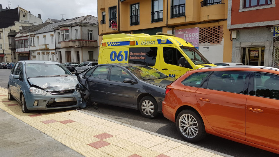 Ambulancia e vehículos implicados nun accidente. EP