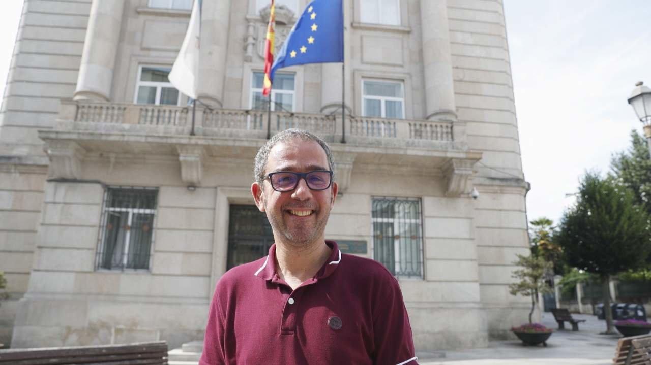 Jorge Baldoví ante el edificio de la Subdelegación del Gobierno. VICTORIA RODRÍGUEZ