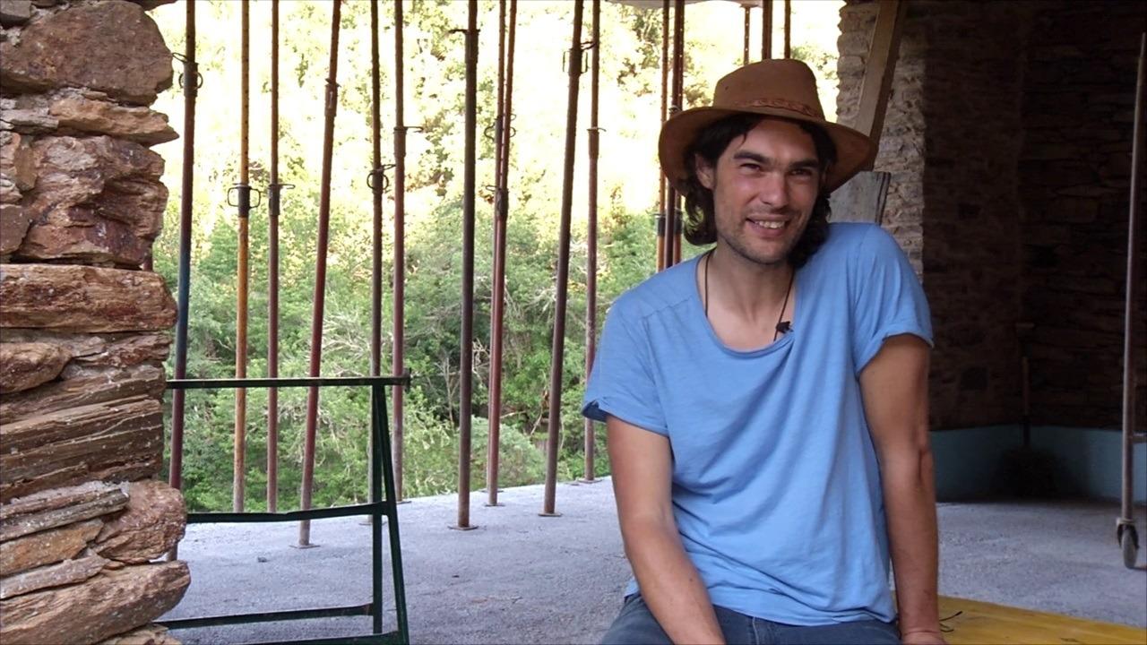 Oliver Laxe, en la casa que está restaurando en Vilela. EP