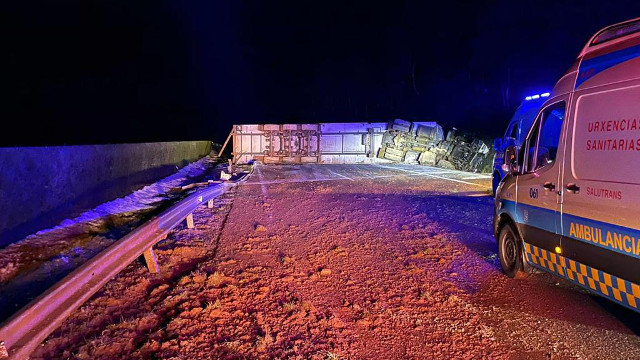 Camión volcado en la A-6 en Baralla. CEDIDA