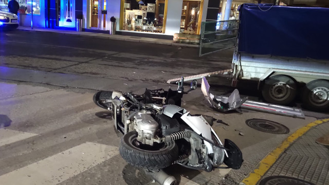 La moto implicada en el accidente en Sarria. PORTO